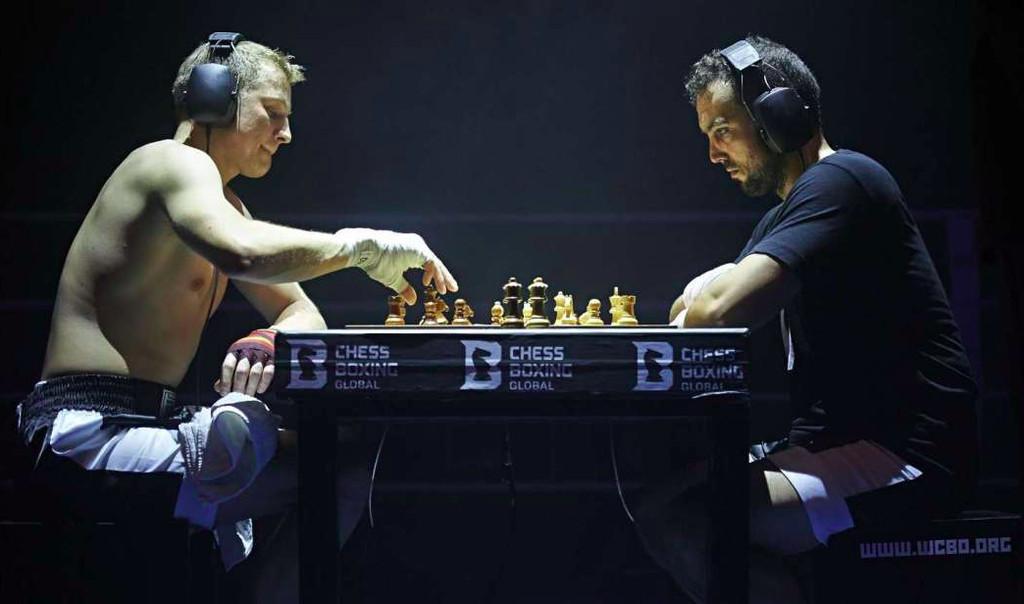 image für website von cratedesign_dem event mobiliar zum mieten aus ungelabelten getraenkekisten aus berlin_mit der beschriftung_img-cratedesign-inspiration-chessboxing-boxer_spielen schachboxen