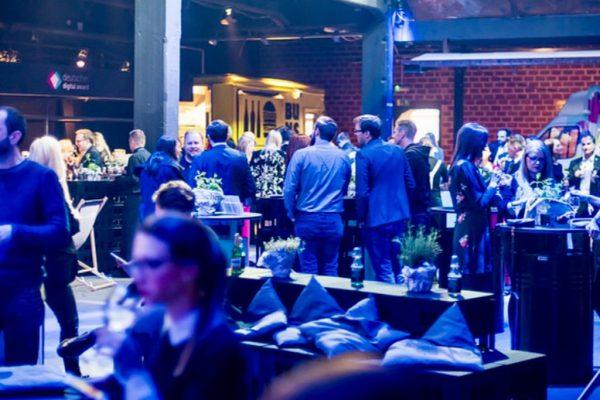 image für website von cratedesign_dem event mobiliar zum mieten aus ungelabelten getraenkekisten aus berlin_mit der beschriftung_img-cratedesign-inspiration-deutscher digital award-catering_bank