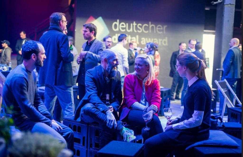 image für website von cratedesign_dem event mobiliar zum mieten aus ungelabelten getraenkekisten aus berlin_mit der beschriftung_img-cratedesign-inspiration-deutscher digital award-small talk_bank