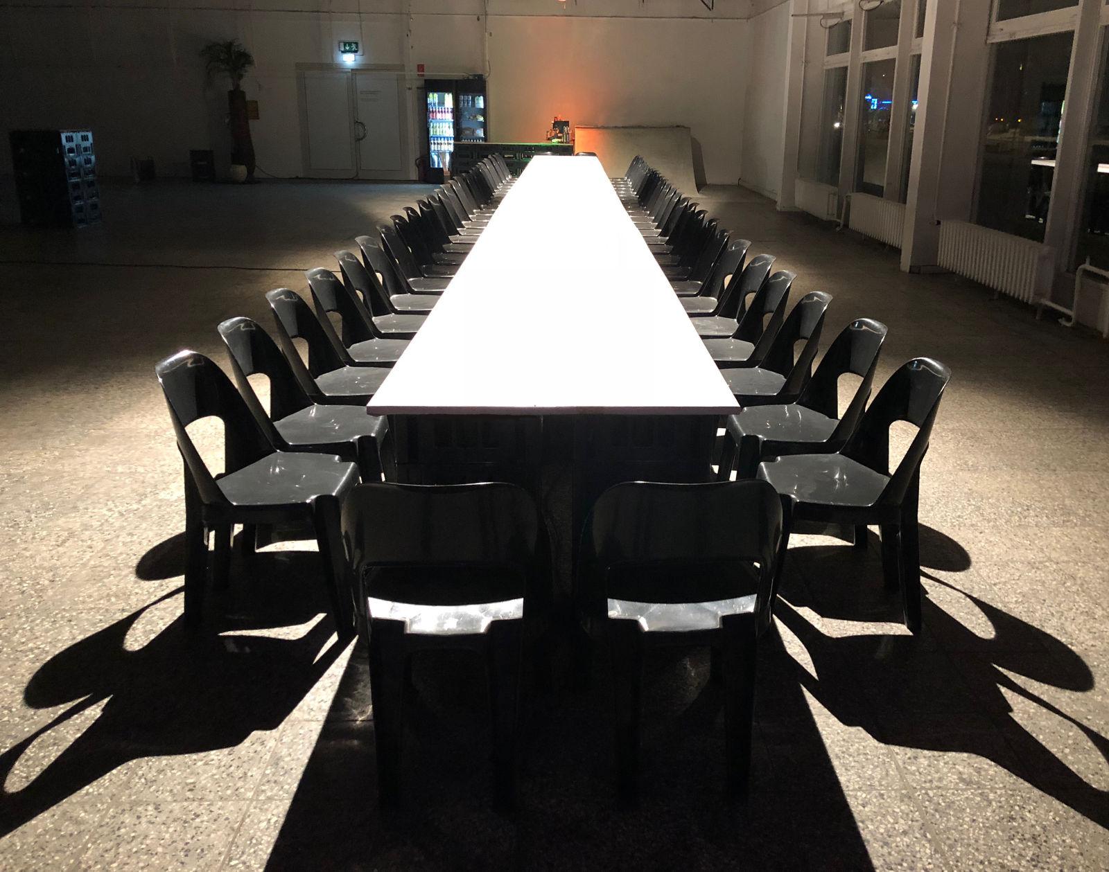 image für website von cratedesign_dem event mobiliar aus ungelabelten getraenkekisten aus berlin_mit der beschriftung_img-cratedesign-inspiration-dinnerperformance-tisch-lang-ungedeckt