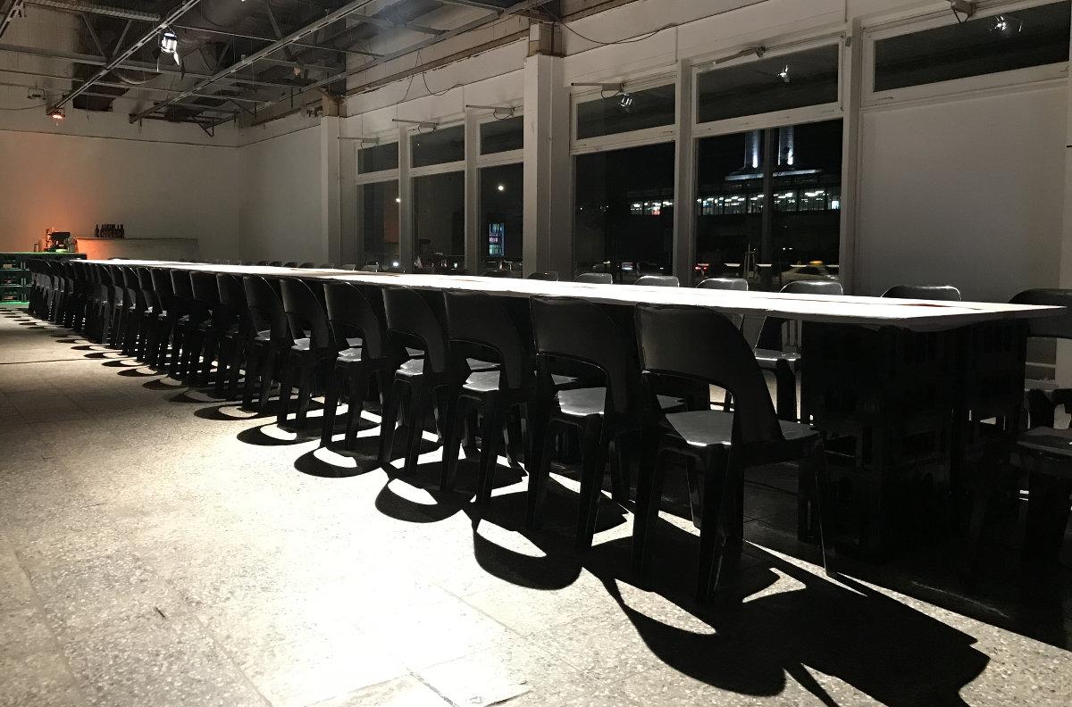 image für website von cratedesign_dem event mobiliar zum mieten aus ungelabelten getraenkekisten aus berlin_mit der beschriftung_img-cratedesign-inspiration-dinnerperformance-tisch_schraeg von unten