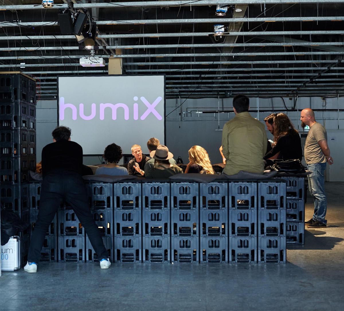 image für website von cratedesign_dem event mobiliar zum mieten aus ungelabelten getraenkekisten aus berlin_mit der beschriftung_img-cratedesign-inspiration-humix-humix_my ass_diskussion