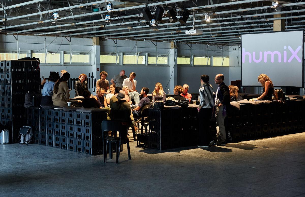 image für website von cratedesign_dem event mobiliar zum mieten aus ungelabelten getraenkekisten aus berlin_mit der beschriftung_img-cratedesign-inspiration-humix-tribuene_screen_diskussion