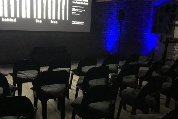 image für website von cratedesign_dem event mobiliar zum mieten aus ungelabelten getraenkekisten aus berlin_mit der beschriftung_img-cratedesign-inspiration-lost-48h kino_ofenraum_stuehle_screen