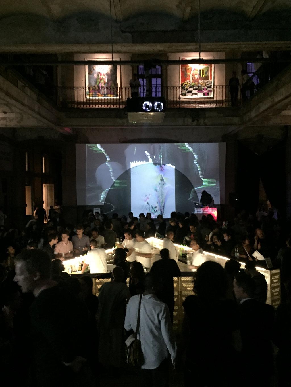 image für website von cratedesign_dem event mobiliar zum mieten aus ungelabelten getraenkekisten aus berlin_mit der beschriftung_img-cratedesign-inspiration-mexico-bar_party_hochkant_dunkel