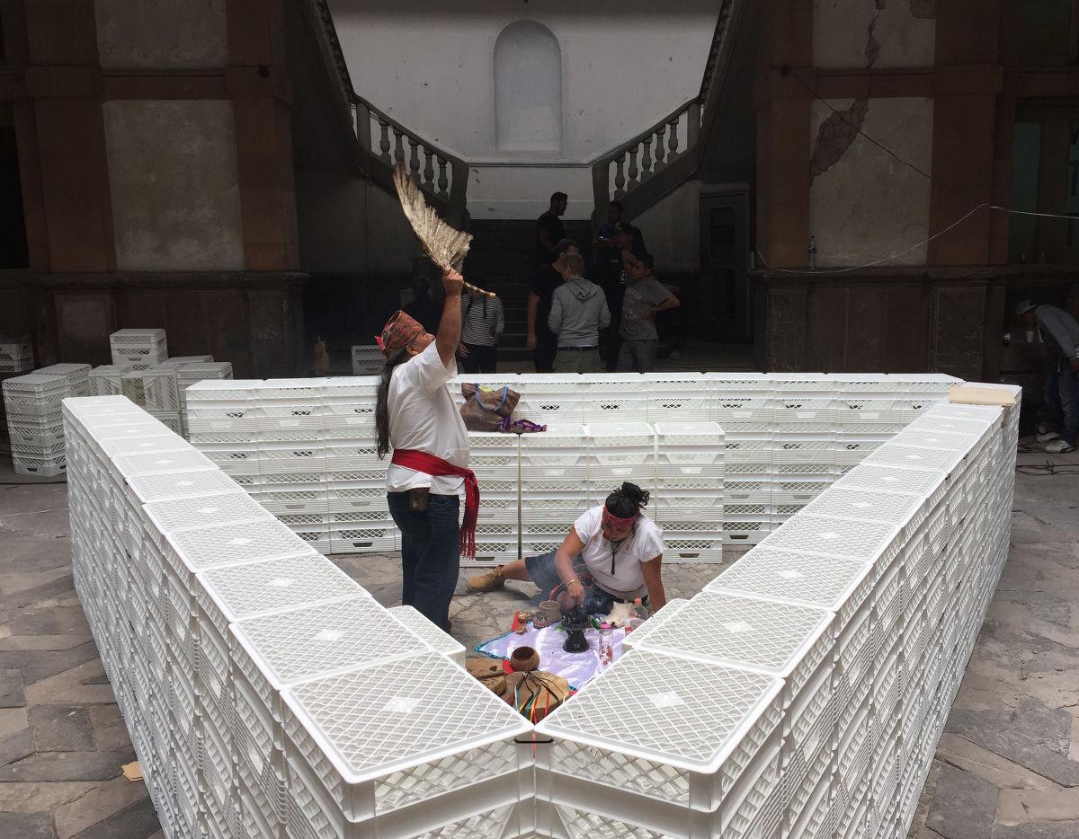 image für website von cratedesign_dem event mobiliar zum mieten aus ungelabelten getraenkekisten aus berlin_mit der beschriftung_img-cratedesign-inspiration-mexico-bar_schamane_hell