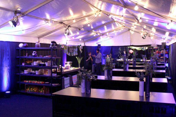 image für website von cratedesign_dem event mobiliar zum mieten aus ungelabelten getraenkekisten aus berlin_mit der beschriftung_img-cratedesign-intro-inspiration-cateringzelt-lila-lichterketten