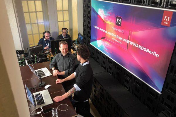 image für website von cratedesign_dem event mobiliar zum mieten aus ungelabelten getraenkekisten aus berlin_mit der beschriftung_img-cratedesign-offen-galerie-adobe_berlin_live streaming_schaeg von oben