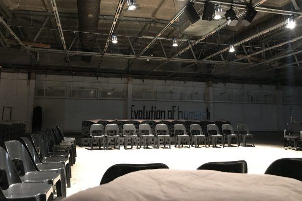 image für website von cratedesign_dem event mobiliar zum mieten aus ungelabelten getraenkekisten aus berlin_mit der beschriftung_img-cratedesign-offen-galerie-humix_tribuene_drei seiten