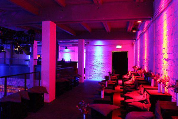 image für website von cratedesign_dem event mobiliar zum mieten aus ungelabelten getraenkekisten aus berlin_mit der beschriftung_img-cratedesign-offen-galerie-umspannwerk_alexanderplatz_roter_balkon