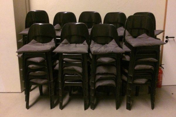 image für website von cratedesign_dem eventmobiliar aus ungelabelten getraenkekisten aus berlin_mit der beschriftung_img-cratedesign-service-extra equipment-stühle mit kissen
