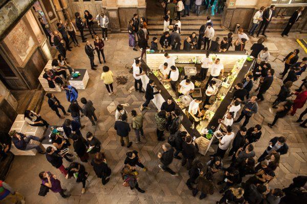 image für website von cratedesign_dem event mobiliar aus ungelabelten getraenkekisten aus berlin_mit der beschriftung-img-cratedesign-inspiration-mexico-szenografie-hell