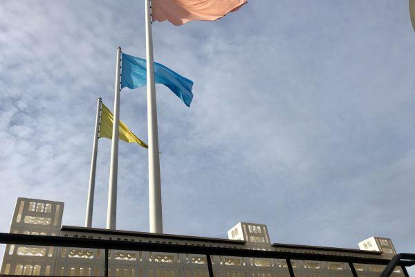 image für website von cratedesign_dem event mobiliar zum mieten aus ungelabelten getraenkekisten aus berlin_mit der beschriftung_img-cratedesign-website-mobiliar-zapfbar-hkw-rückansicht-breit