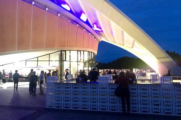image für website von cratedesign_dem event mobiliar zum mieten aus ungelabelten getraenkekisten aus berlin_mit der beschriftung_img-cratedesign-website-mobiliar-zapfbar-hkw-forderansicht-dunkel