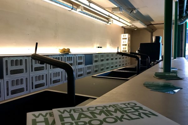 image für website von cratedesign_dem event mobiliar zum mieten aus ungelabelten getraenkekisten aus berlin_mit der beschriftung_img-cratedesign-website-mobiliar-hammerbrooklyn-backbar