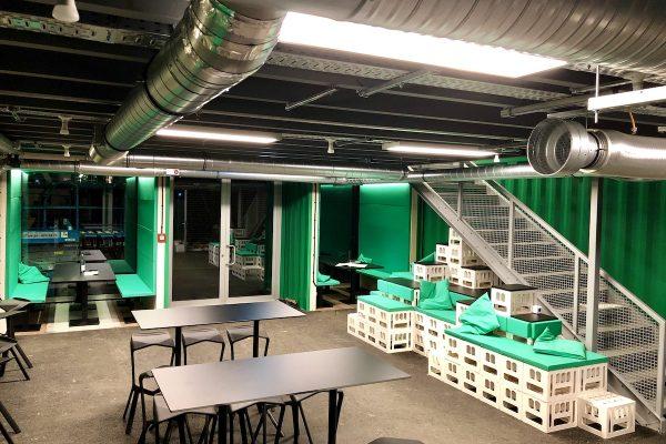 image für website von cratedesign_dem event mobiliar zum mieten aus ungelabelten getraenkekisten aus berlin_mit der beschriftung_img-cratedesign-website-mobiliar-hammerbrooklyn-cafe