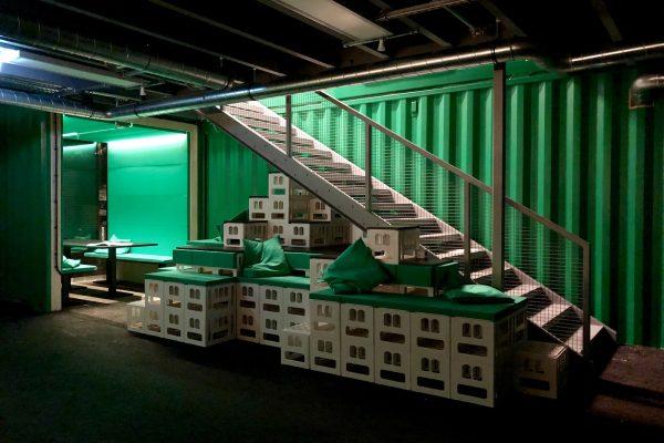 image für website von cratedesign_dem event mobiliar zum mieten aus ungelabelten getraenkekisten aus berlin_mit der beschriftung_img-cratedesign-website-mobiliar-hammerbrooklyn-treppenmoebel-dunkel-gross